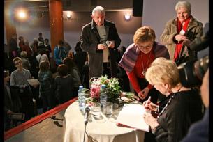 M. Zawadzka rozdaje autografy