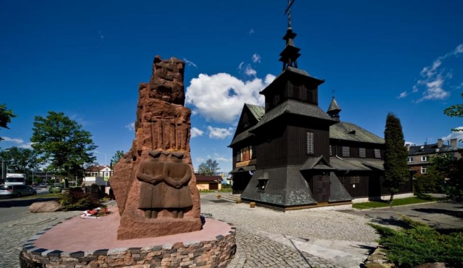 Pomnik Ofiar Katynia przed kościołem fabrycznym